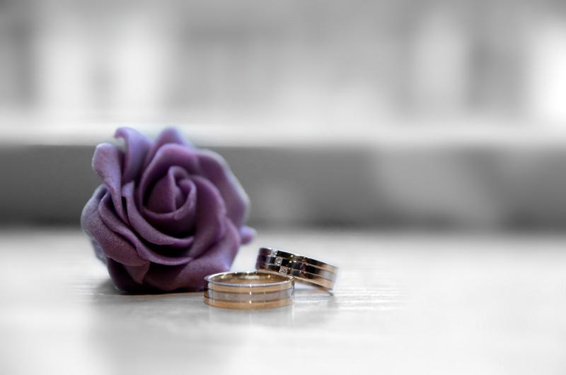 Ring-shot met roosje van bruidstaart