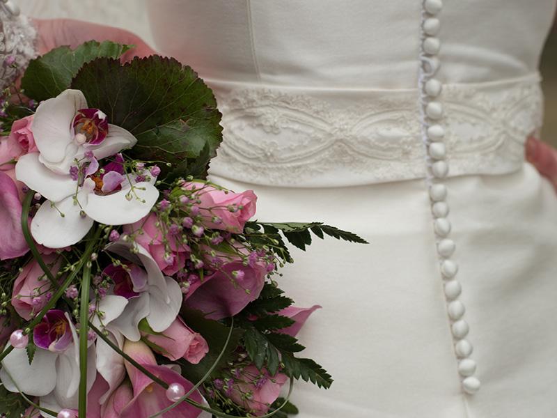detailfoto bruidsboeket en jurk