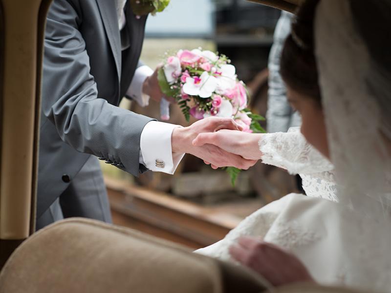 de bruidegom helpt zijn bruid met uitstappen