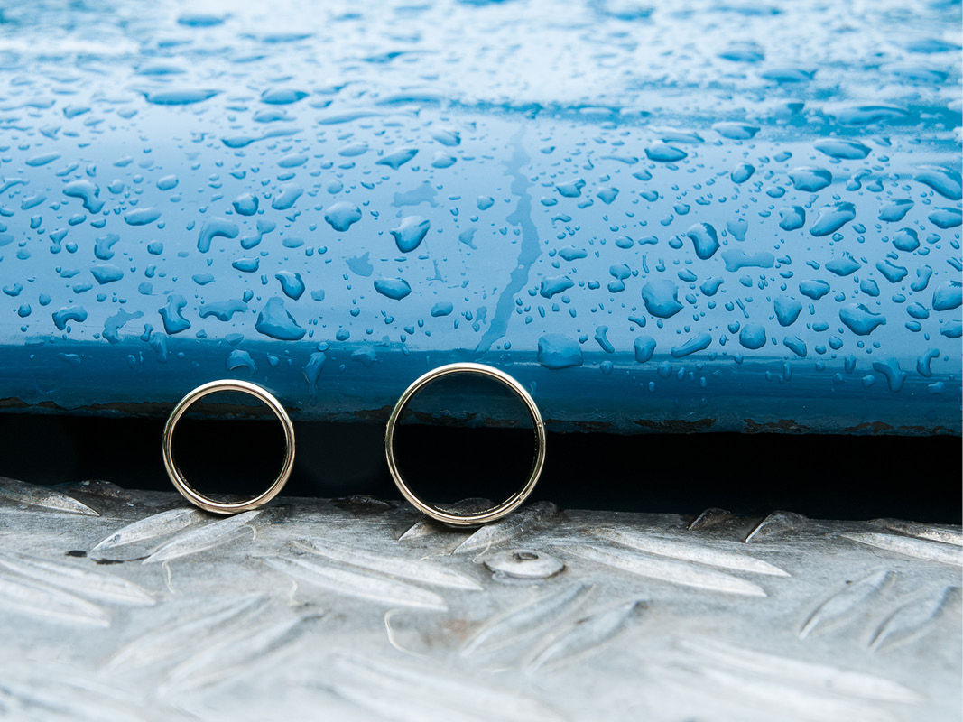 bruiloft-landrover-ringen-blauw-regen