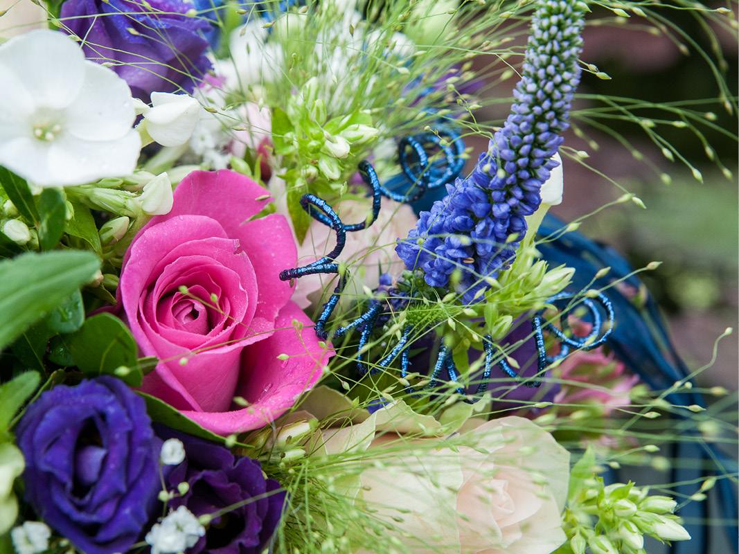 bruidsboeket-roze-blauw-wit