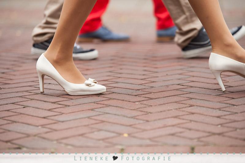 Bruidsstoet wandelt naar kerk