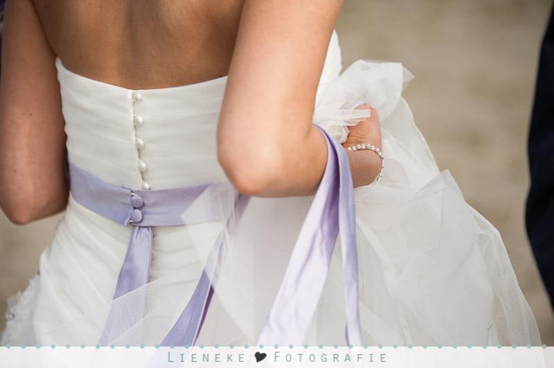 Huwelijkfotografie bruidsjurk met paars accent