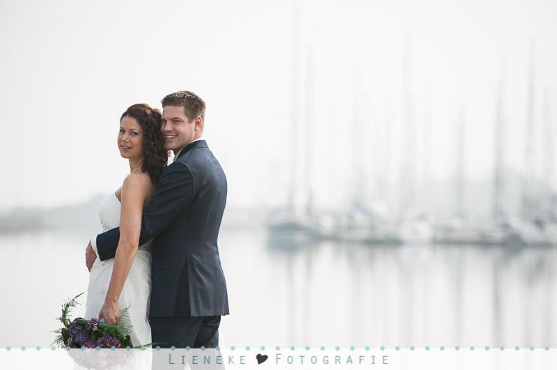Bruidsfotografie huwelijkreportage Bruinisse haven in de mist