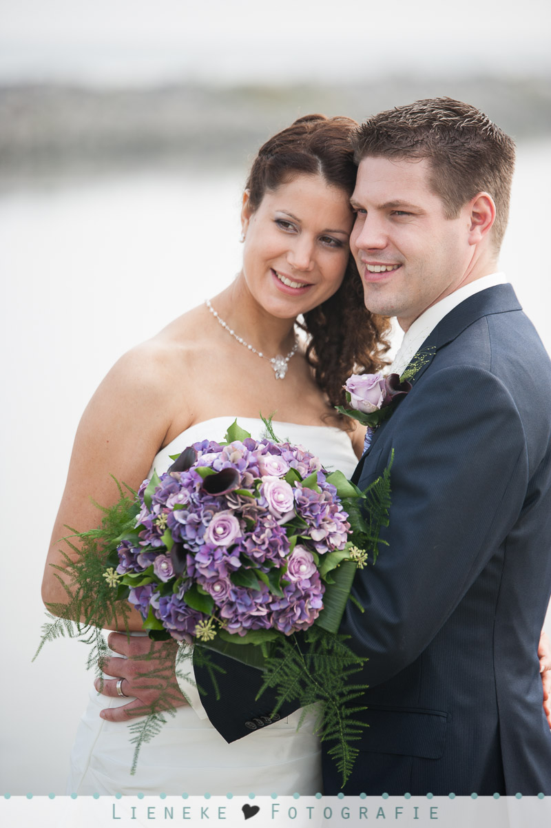 Bruidsfotografie huwelijkreportage Bruinisse paars bruidsboeket