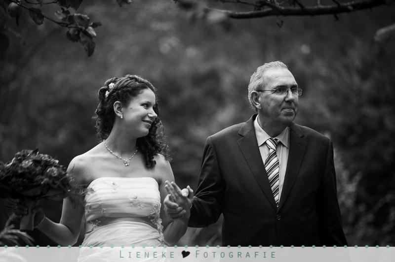 Bruidsfotografie - de bruid wordt weggegeven door haar vader