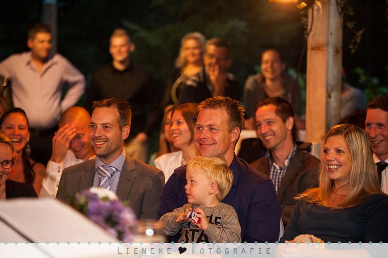 Bruidsfotografie Huwelijkvoltrekking vrolijke gasten