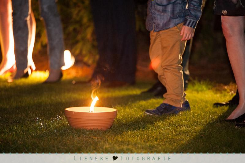 Bruidsfotografie buiten kaarsen bij Natuurlijk Kloof Bergen op Zoom