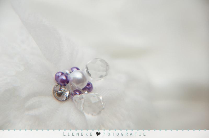 Huwelijkfotografie bruidsjurk met paarse details