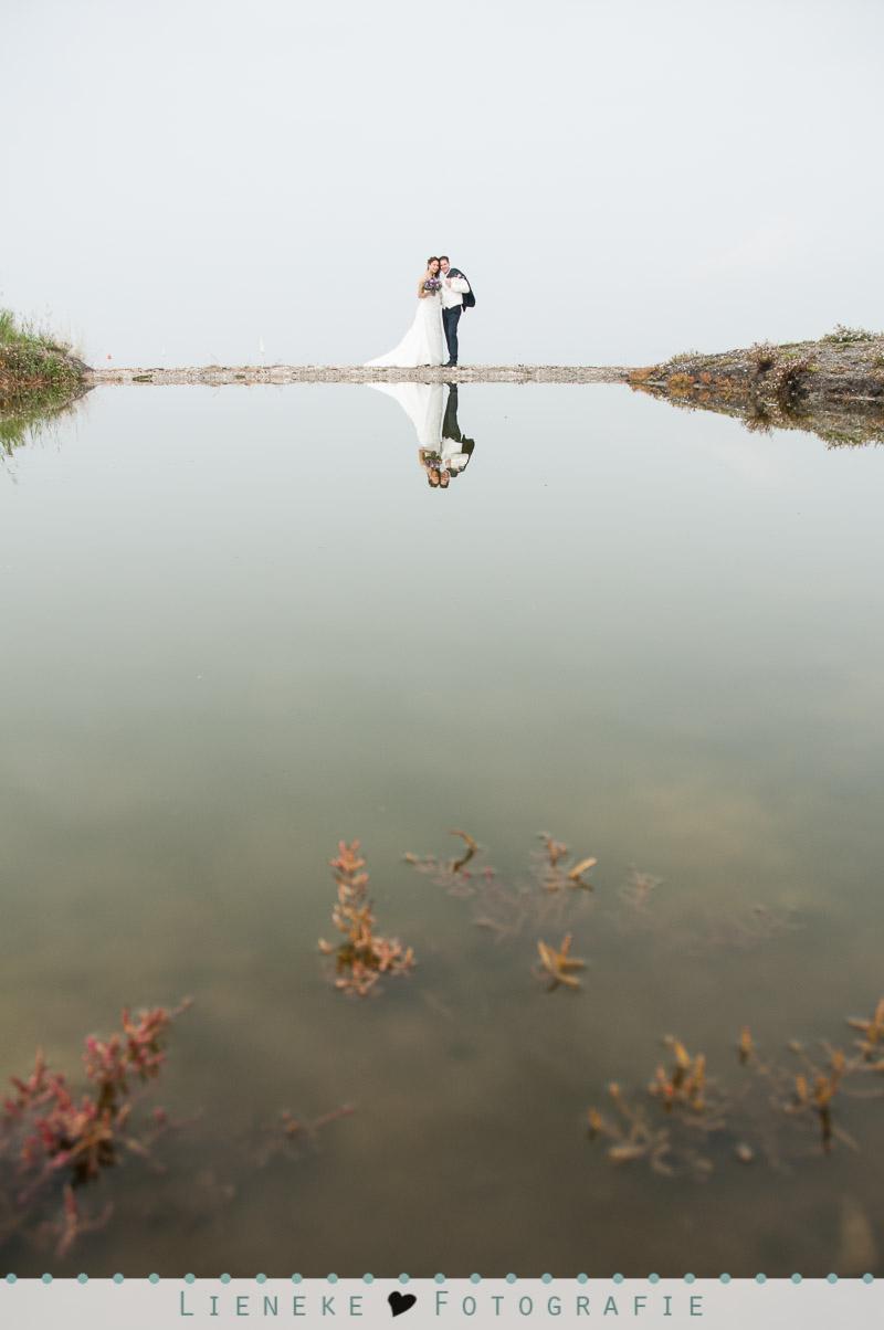 Bruidsfotografie huwelijkreportage Bruinisse spiegelend water