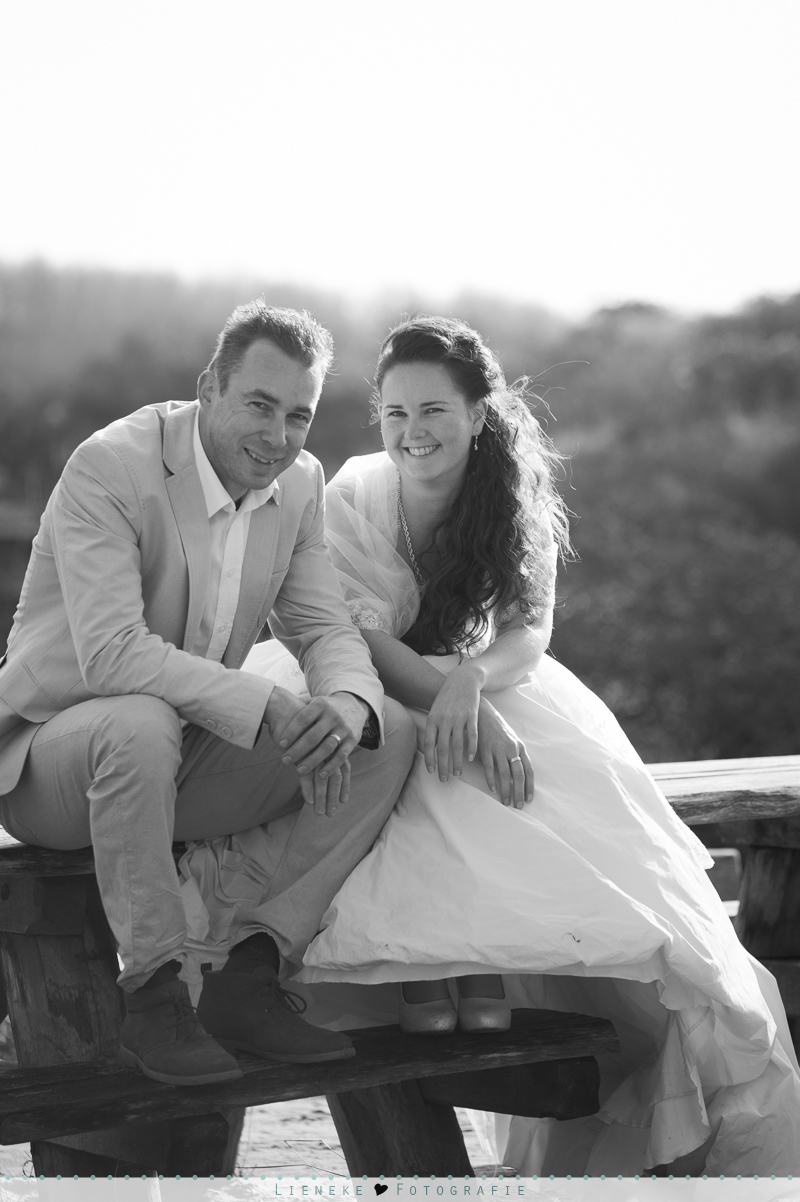 loveshoot in trouwkleding bruidsjurk